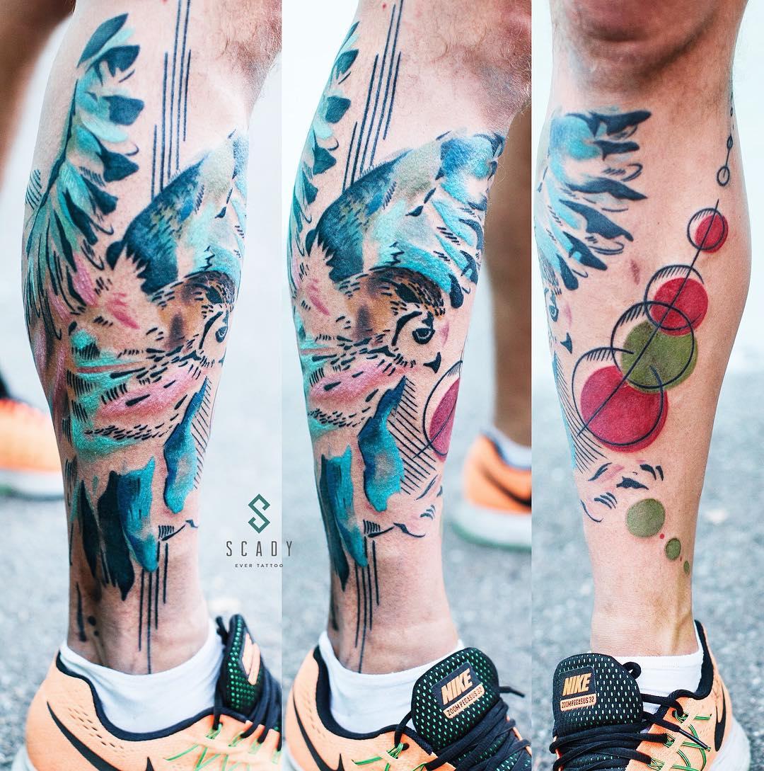 tatuaż na łydce