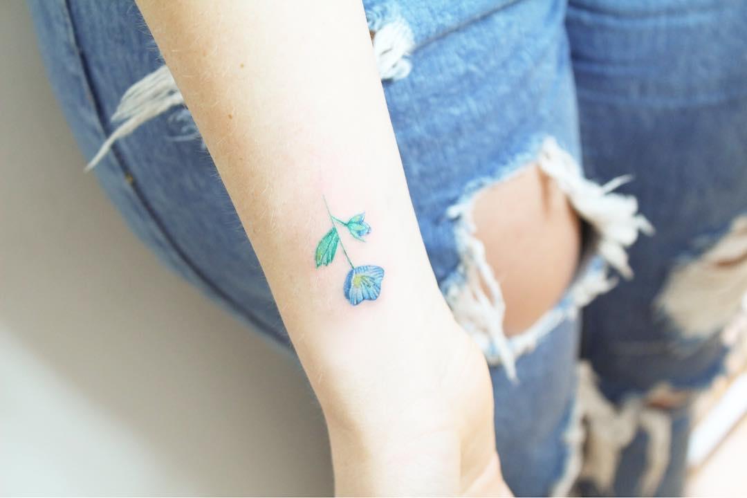 Damski tatuaż na nadgarstku
