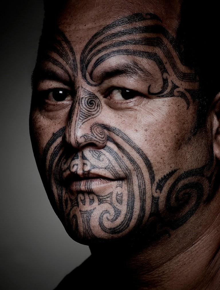 Moko – Maoryski tatuaż na twarzy mężczyzny