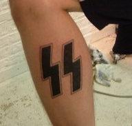 Tatuaż podwójnej błyskawicy oznaczający lojalność wobec Bractwa Aryjskiego.