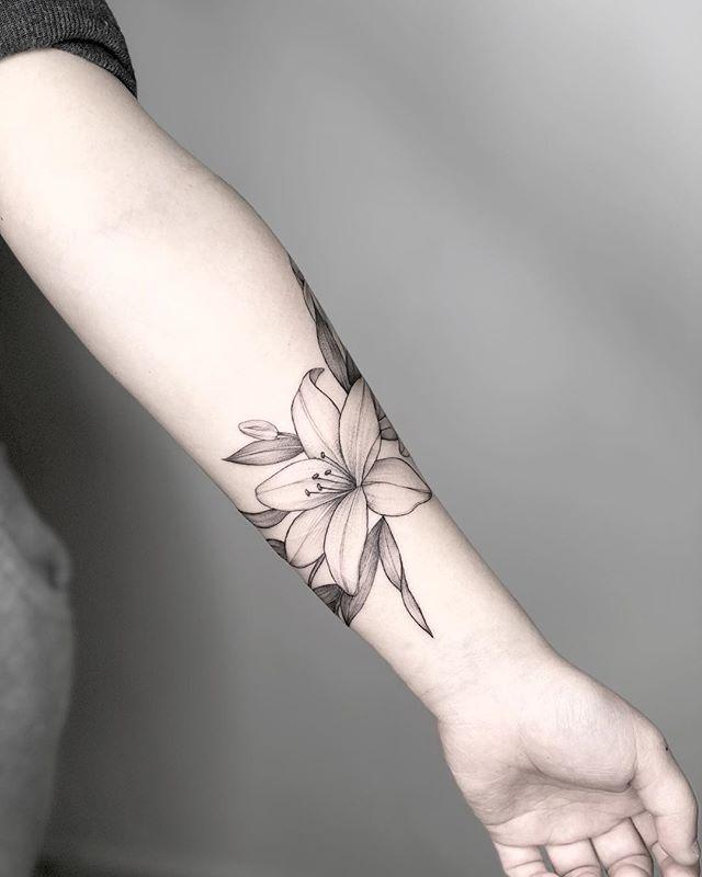 Tatuaż Lilia 28 Pięknych Pomysłów Na Tatuaż Etatuatorpl