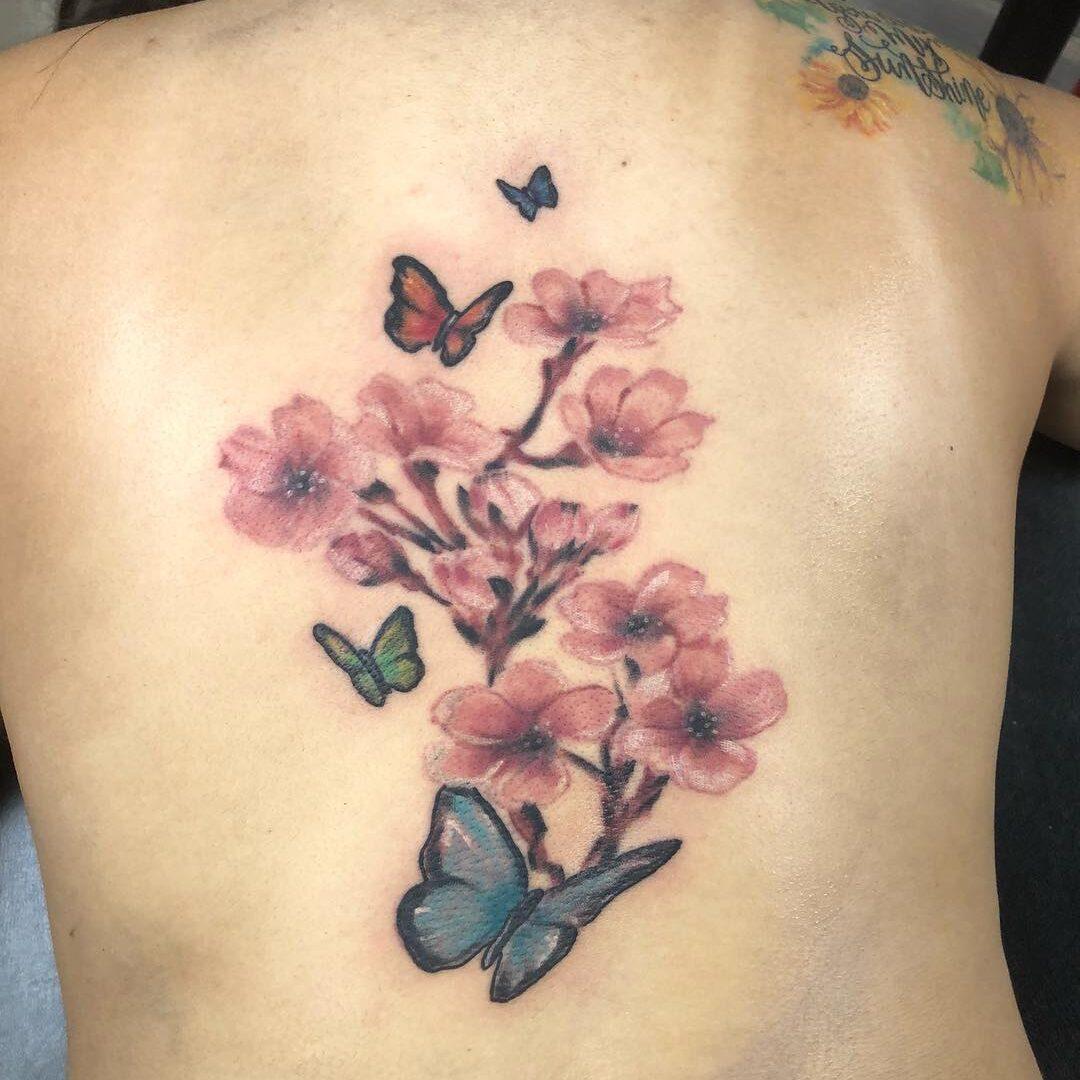 Tatuaż drzewo wiśni z motylami na plecach mężczyzny