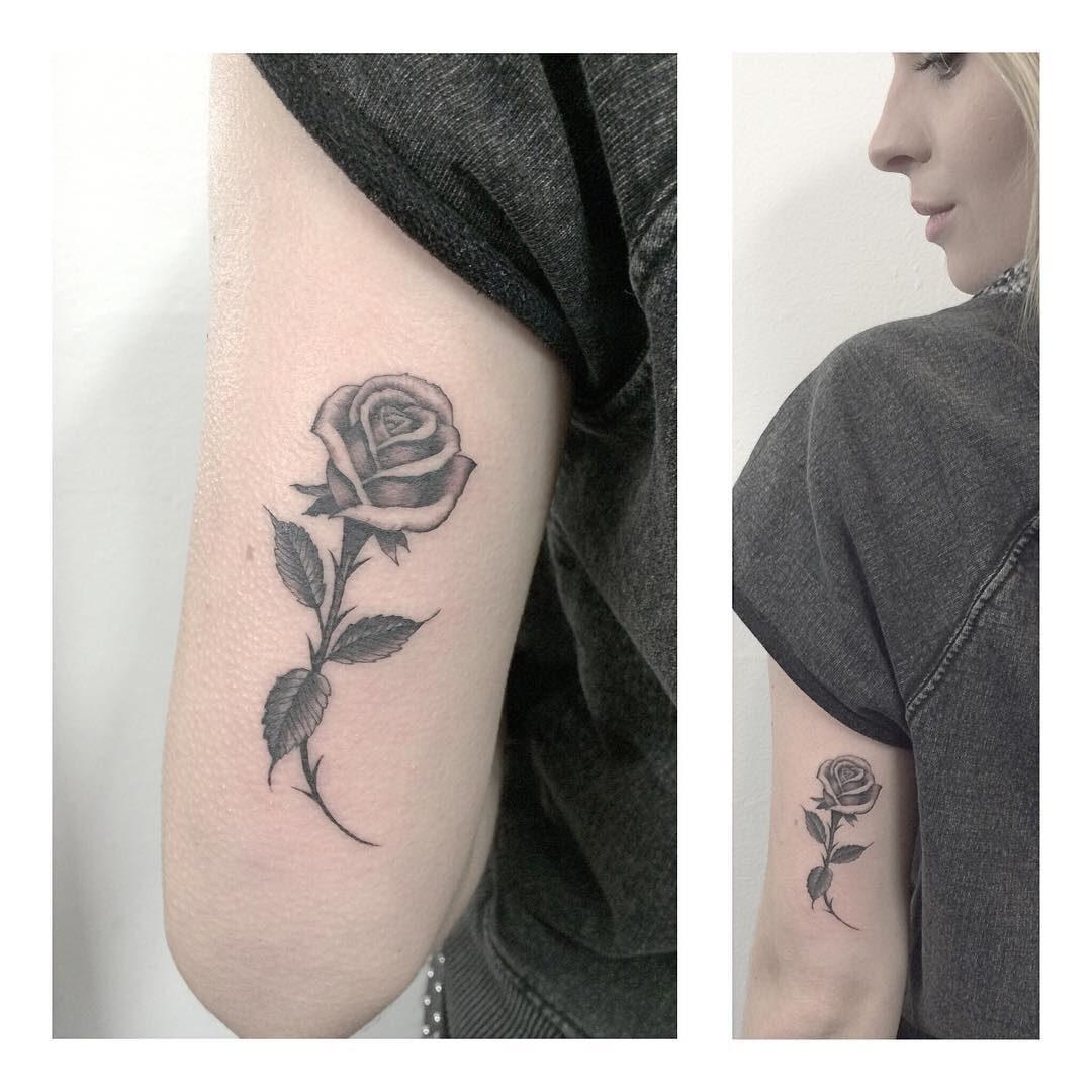 Tatuaż fineline róża na ramieniu kobiety