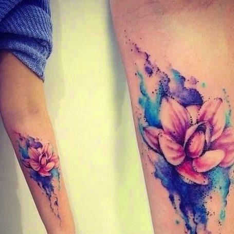 Tatuaż akwarela w kształcie kwiatka na wewnętrznej części ręki kobiety