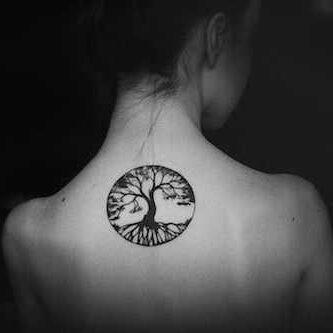 Tatuaż celtycki na plecach kobiety przedstawiający drzewo życia