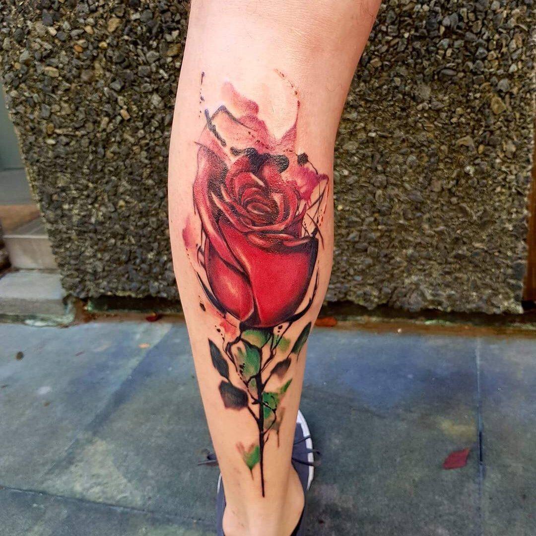 Tatuaż czerwonej róży na łydce