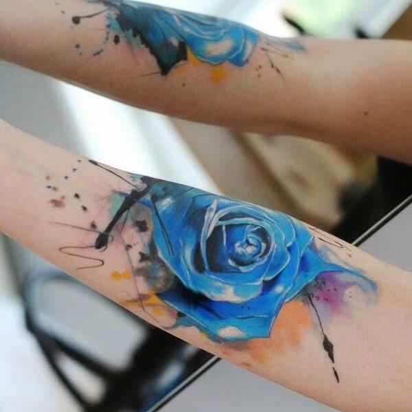 Dwa tatuaże niebieskiej róży na dłoniach