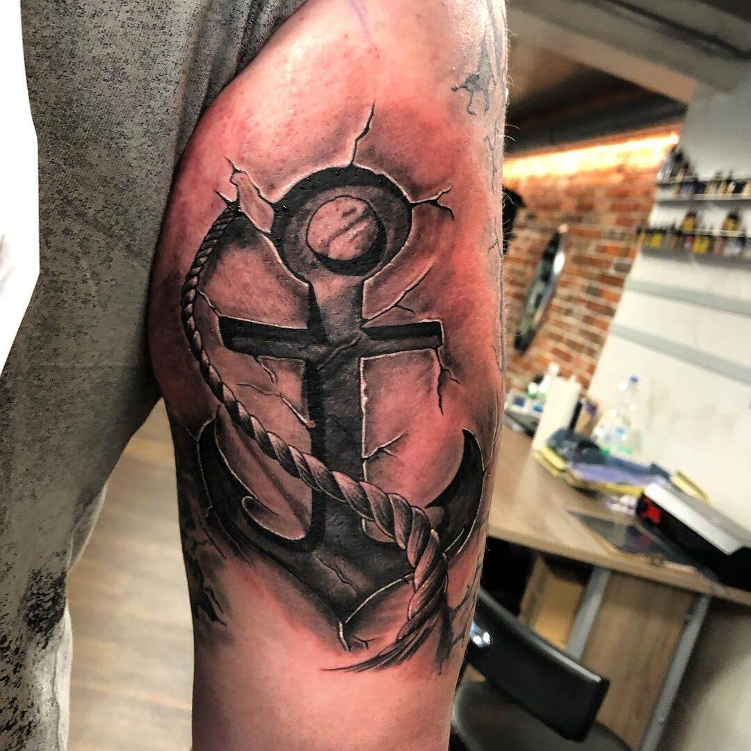 Tatuaż przedstawiający kotwicę i linę