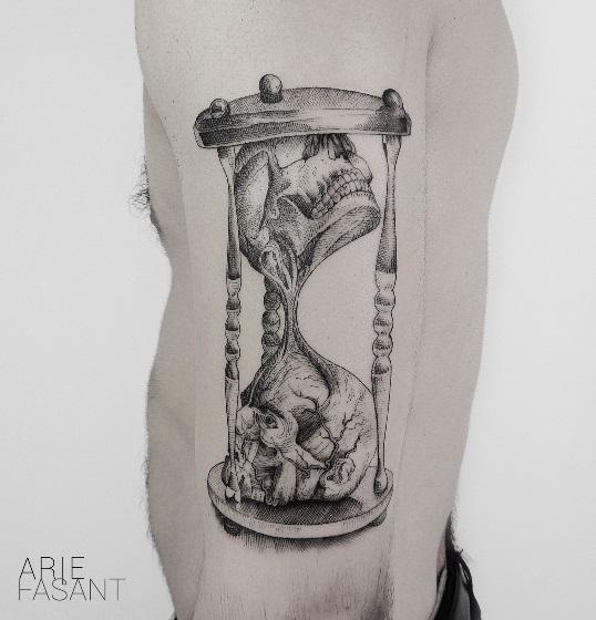 Tatuaż przedstawiający klepsydrę.