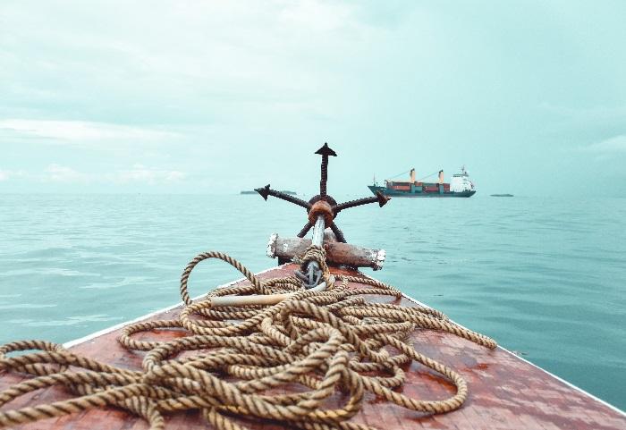 Kotwica i statek na morzu