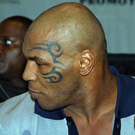 Mike Tyson z tatuażem tribal na twarzy