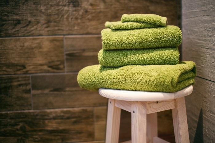 Ręczniki przed wejściem do sauny
