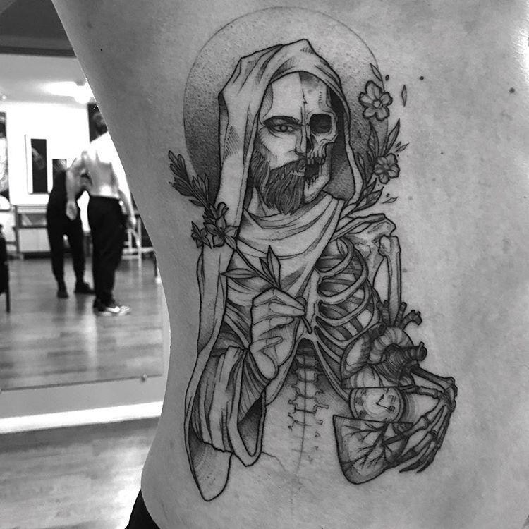 tatuaż na żebrach