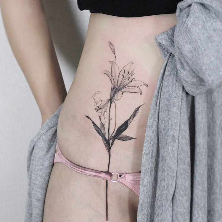 Tatuaz Na Biodrze 35 Budzacych Podziw Wzorow Etatuator Pl