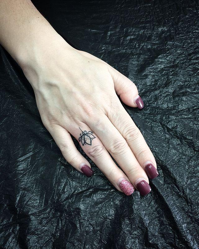 tatuaż na dłoni
