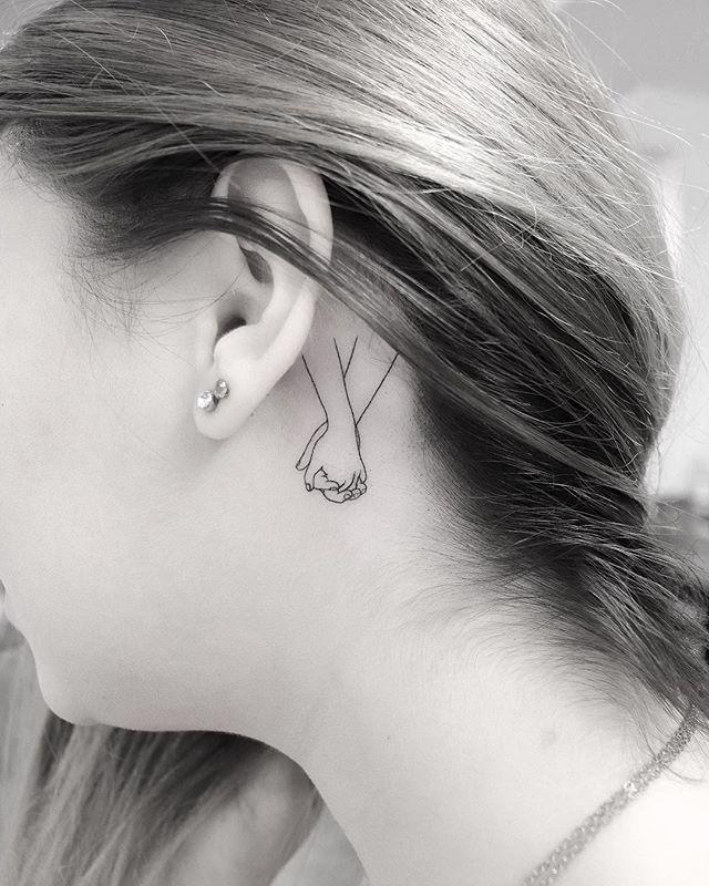 tatuaż za uchem