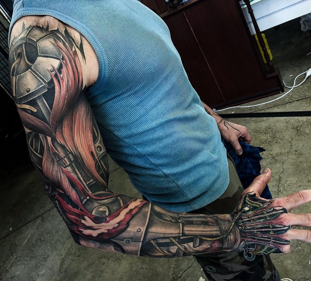 Tatuaż w stylu biomechaniki.