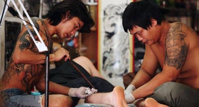 Tatuaż wykonywany metodą handpoke.