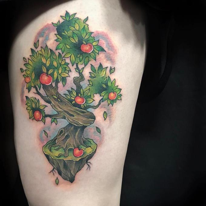 Tatuaż przedstawiający jabłoń