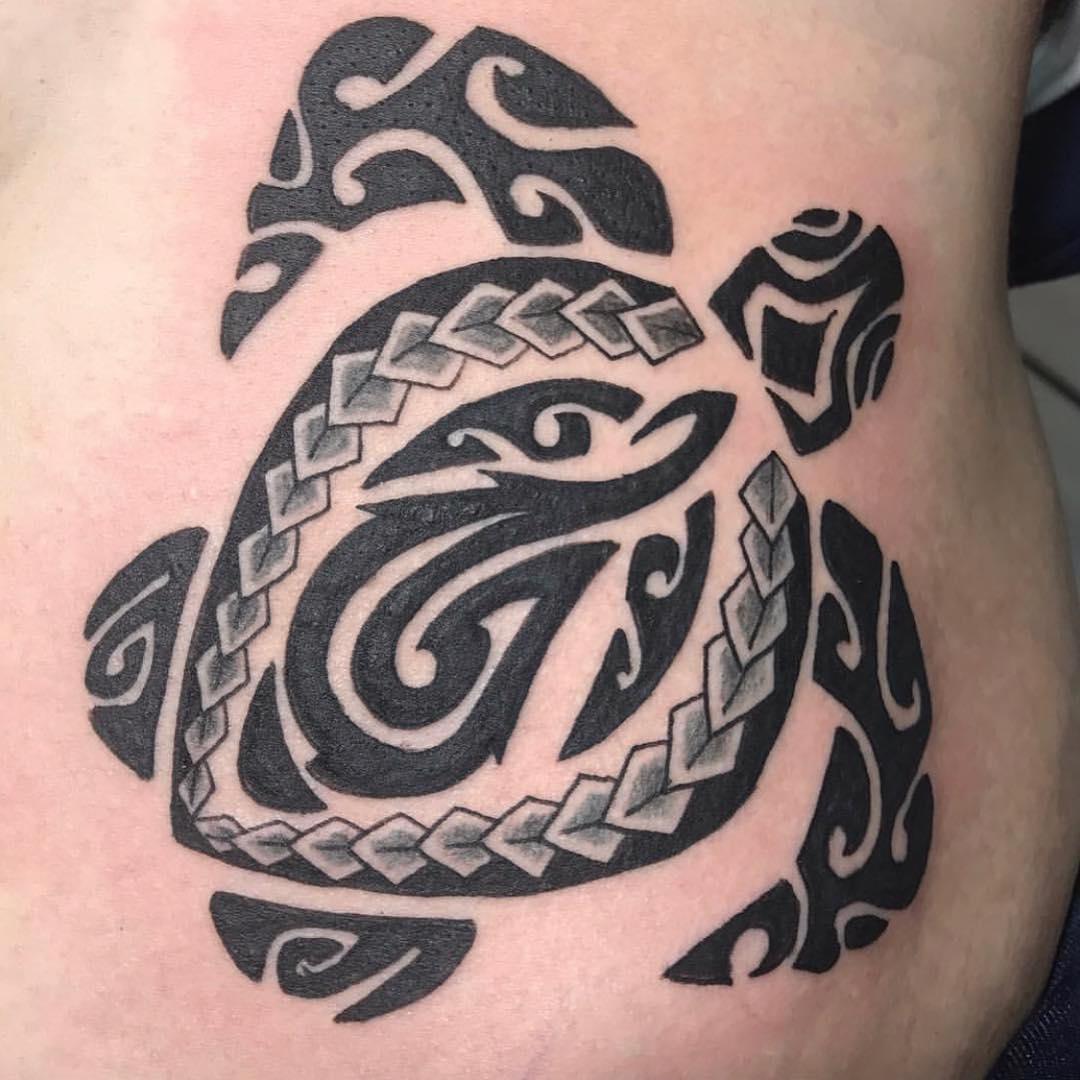 Tatuaż polinezyjski z motywem żółwia
