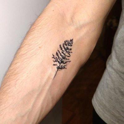 Tymczasowy tatuaż z motywem drzewa.