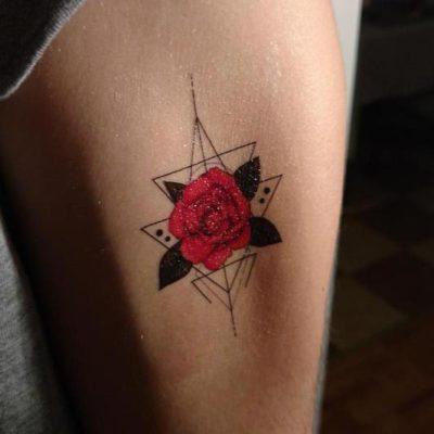Tatuaż tymczasowy róża na ramieniu