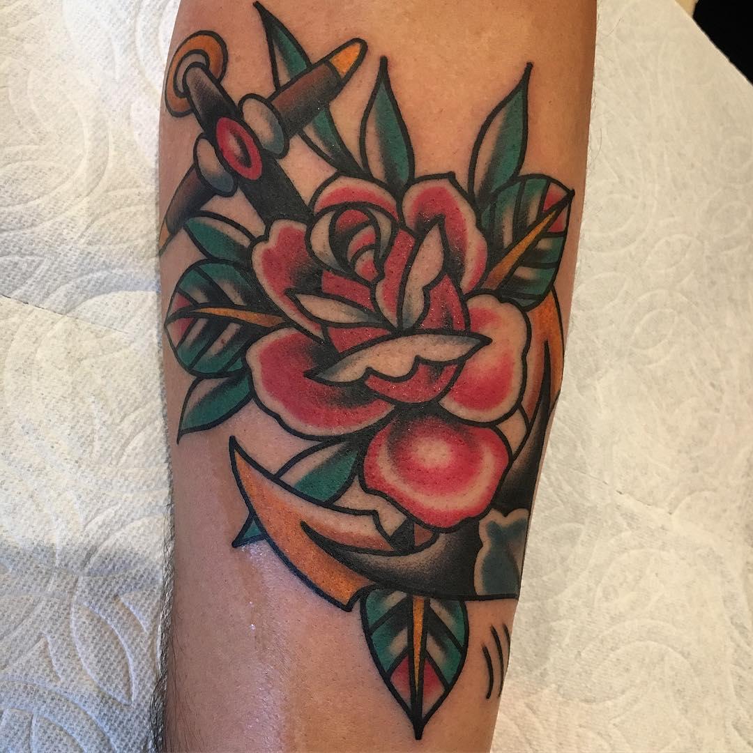 Tatuaż przedstawiający kotwicę i różę