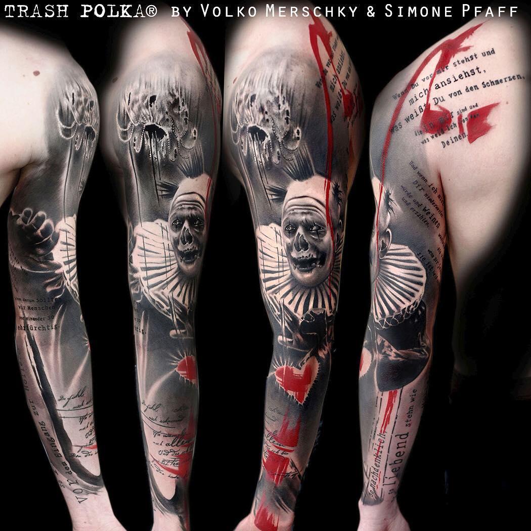 Tatuaż wykonany w stylu Trash Polka.