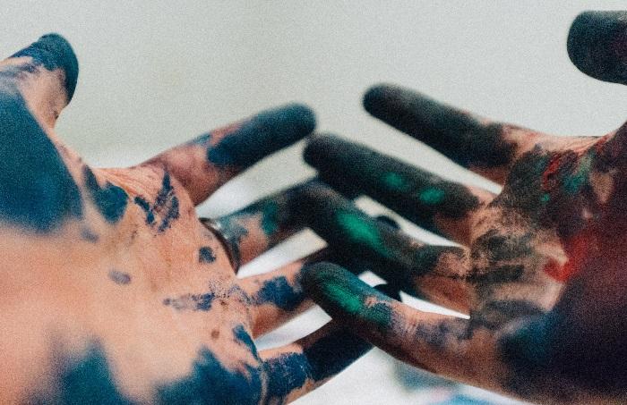 Zabrudzone tuszem dłonie